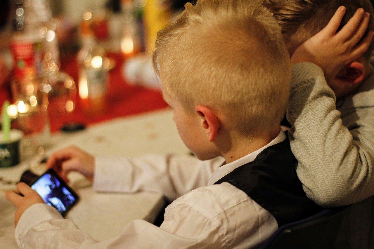 Děti a užívání mobilních telefonů