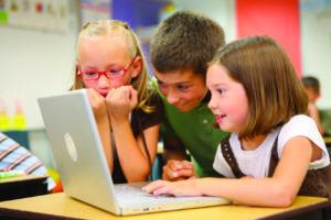 Děti užívající bezdrátové technologie