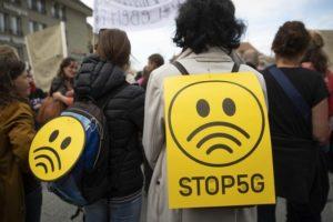 Protestující na události proti nasazování 5G technologií