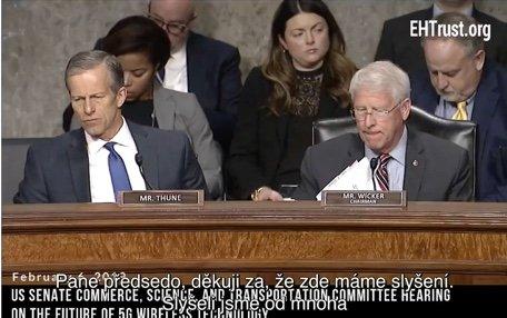 Senátor Blumenthal při zasedání v americkém senátu. Zástupci mobilních operátorů nemají žádnou zdravotní studii portvzující nezávadnost technologie 5G.