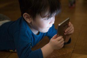 Chlapeček si hraje se smartphonem
